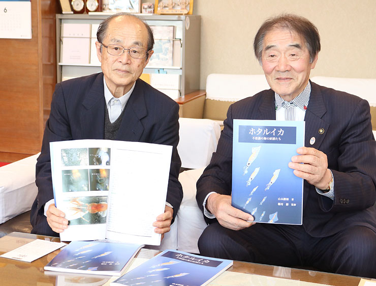 上田市長に著作を披露する山本さん(左)