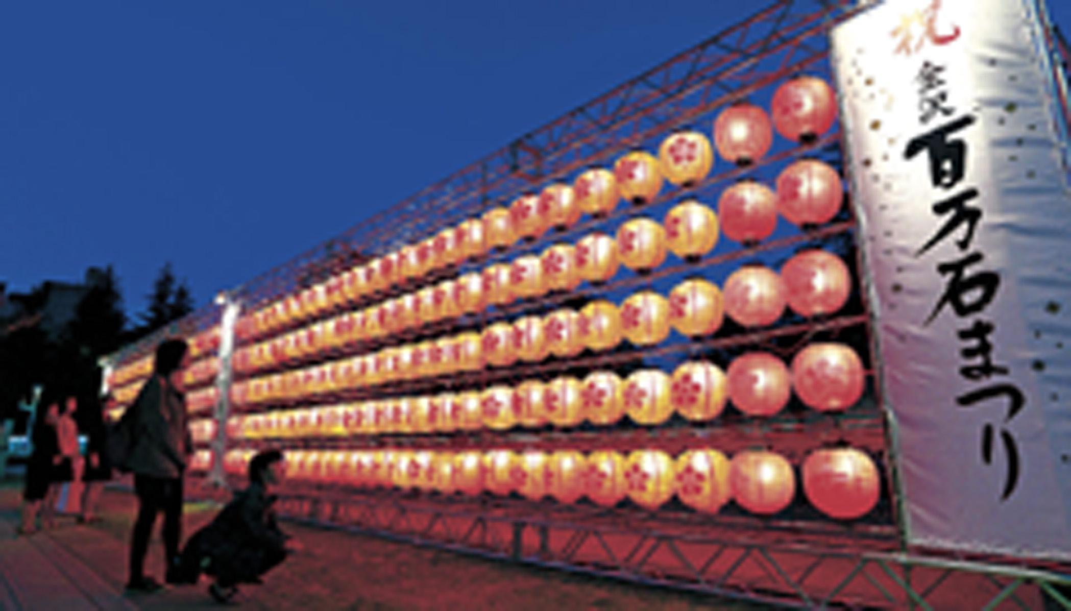 祭りムードを盛り上げるシンボルモニュメント=金沢21世紀美術館