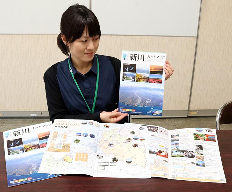 新川ガイドマップを紹介する担当者=魚津市役所