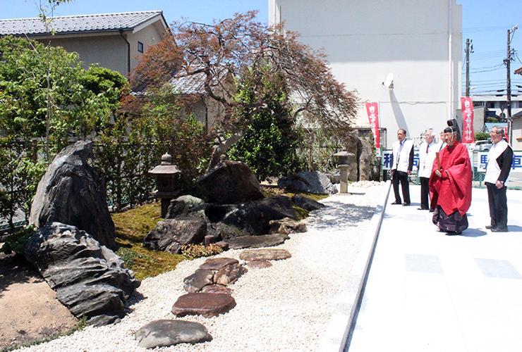 京都市の西園寺邸から移設された庭園=越中稲荷神社