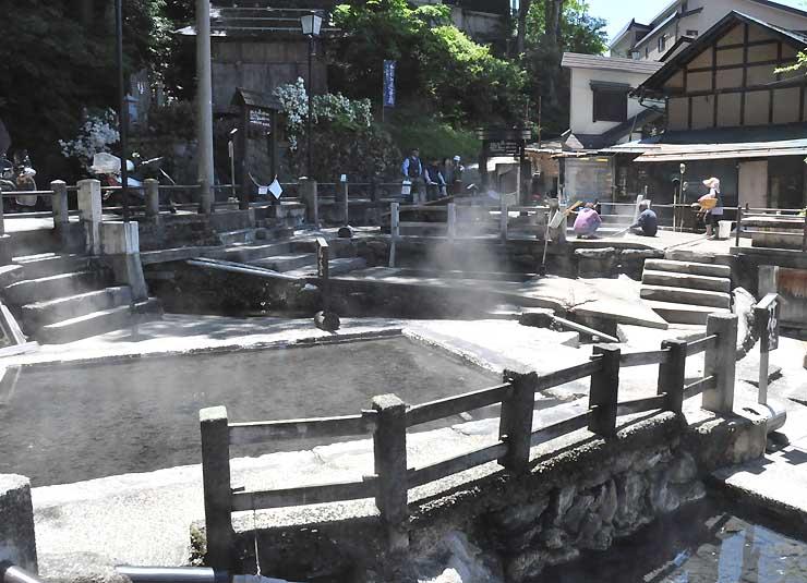 野沢温泉村の源泉の一つ「麻釜」