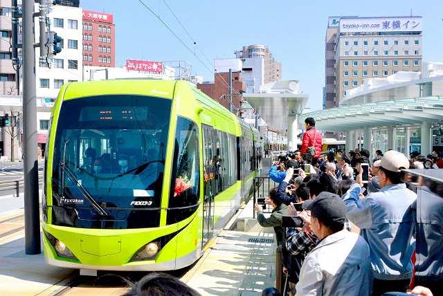 JR福井駅西口広場に延伸された福鉄福井駅前線。22日の中部地区サミットでは、路面電車をまちづくりにどう生かすかを議論する