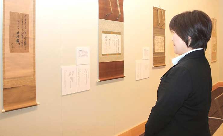 武田信玄の言葉をしたためた書(左)などが並ぶ企画展