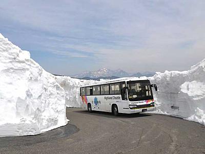 乗鞍岳春山バス、大雪渓まで運行 雪の壁8メートル