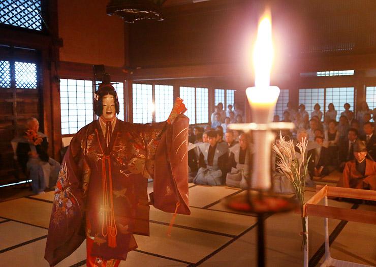 ろうそくのほのかな明かりの中、奉納された能=瑞龍寺