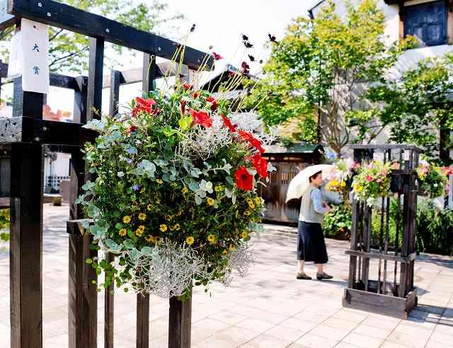 大賞に選ばれた永坂美由紀さんの作品(手前)など40点が並んでいる=20日、福井県越前市蓬莱町の蔵の辻