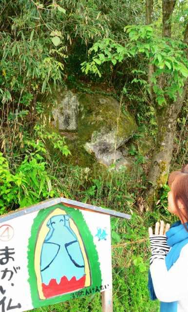 引目山麓の岩に彫られた摩崖仏。北陸道や浅水川を行き交う人々の安全を守り続けた=福井市