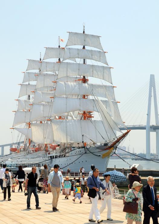 29枚全ての帆を広げた海王丸。優美な姿を見ようと、大勢の人が訪れた=海王丸パーク