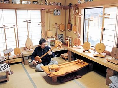 檜三味線に見て触れて 工房開放、木素材の18丁展示