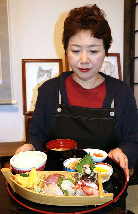 「持田家」のオリジナルメニュー「金山の宝船定食」=佐渡市相川一町目