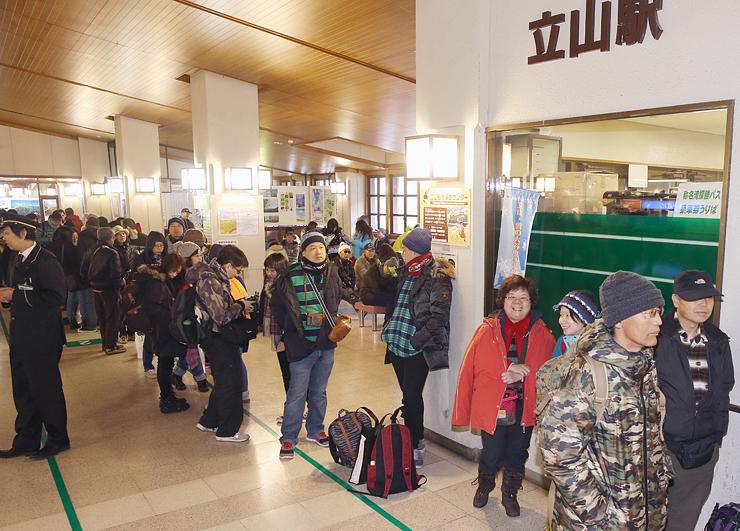 大勢の観光客でにぎわう立山駅。北陸新幹線の開業が県内の交通・観光関連企業の業績を押し上げた=2015年4月
