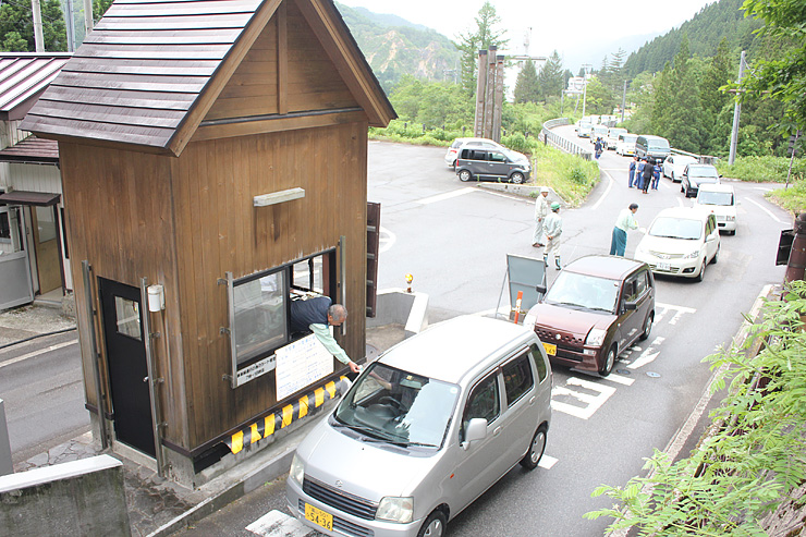 続々と亀谷ゲートを通る車=富山市亀谷