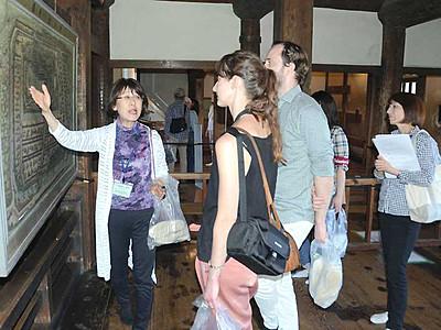 外国語で松本城案内25年 松本のNPO会員増え168人