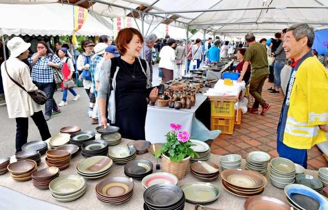 越前焼を買い求める人でにぎわう陶器市=福井県越前町