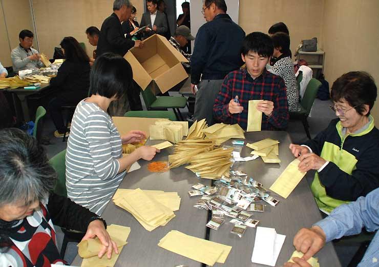 開山祭で配るピンバッジなどを袋に詰める八ケ岳観光協会などの関係者