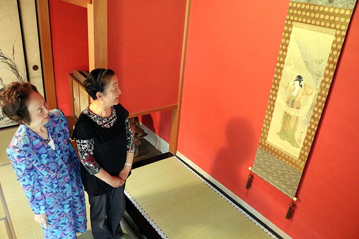 出品作「楊貴妃図」の状態を確認する河鍋館長(左)と、宝田弘子さん=高岡市内