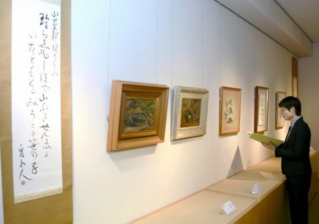 四季の植物を題材にした15点が並ぶ展示=福井県越前町織田の雨田光平記念館