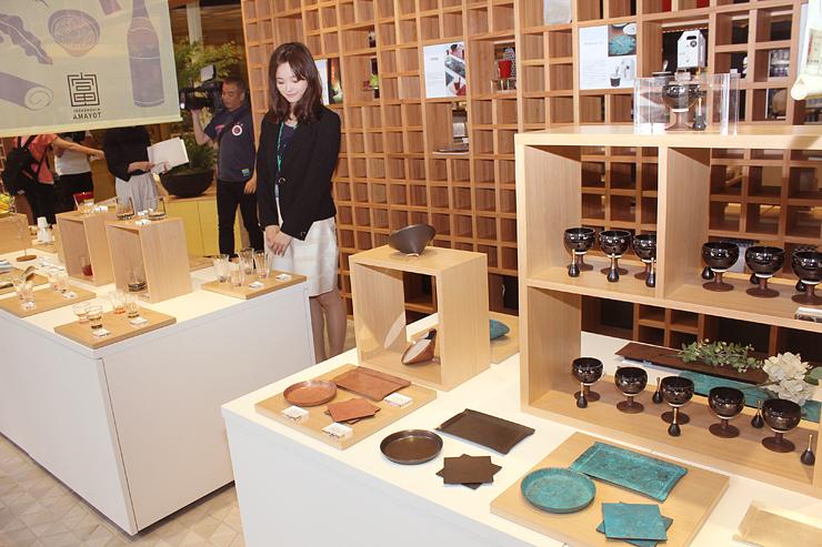 伝統工芸品などが並んだ「日本橋とやま館」=東京・日本橋室町