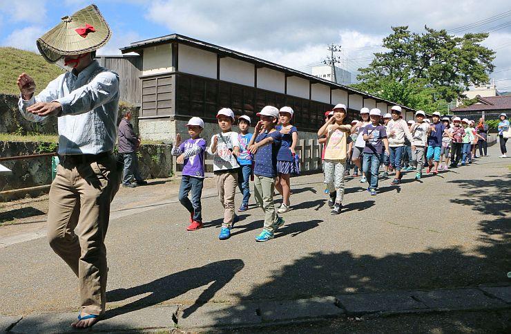「宵乃舞」に向けて、会場となる京町通り周辺で相川音頭を練習する相川小3、4年生=1日、佐渡市相川米屋町