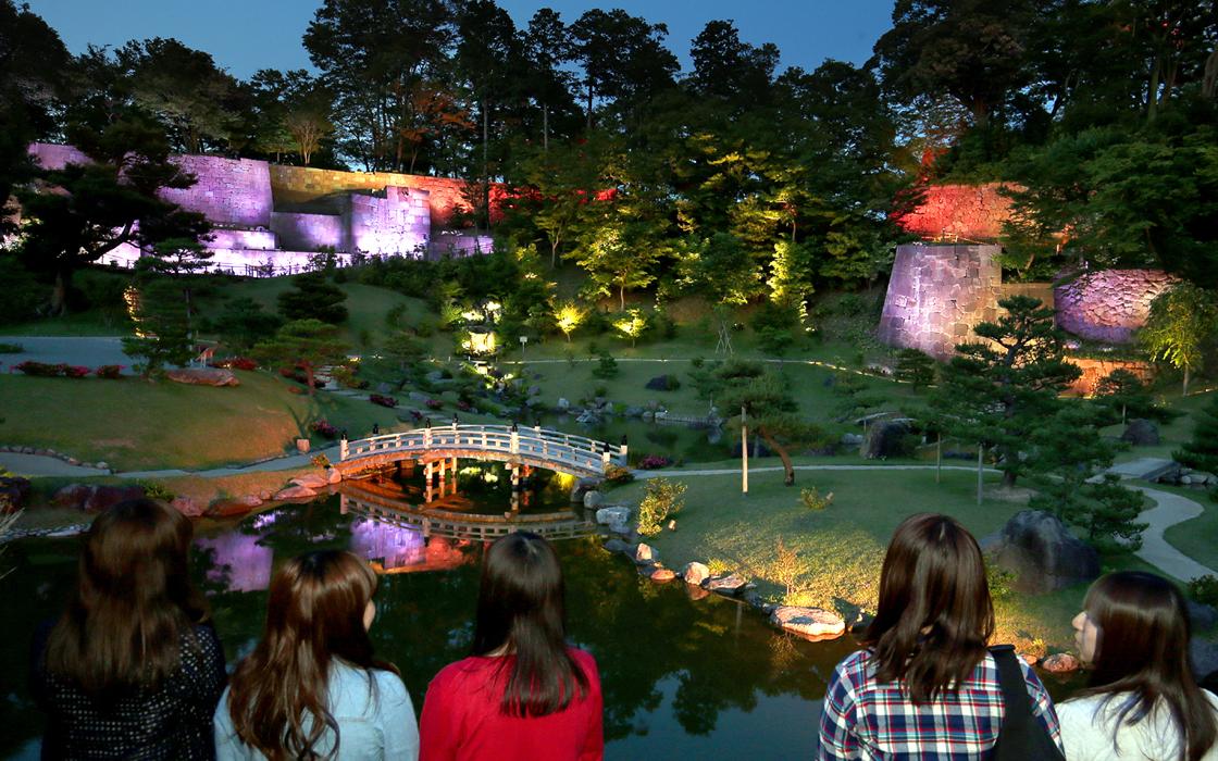幻想的な光景が広がる玉泉院丸庭園=3日午後7時20分、金沢城公園