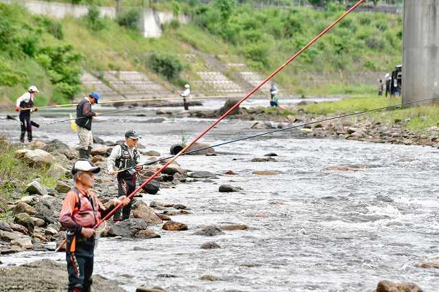 解禁となったアユ釣りを楽しむ人たち=4日、福井県小浜市和多田の南川