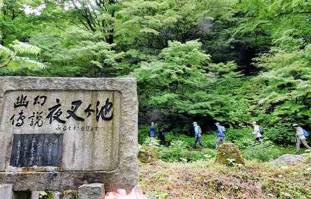 夜叉ケ池の山頂を目指す登山者=5日、福井県南越前町