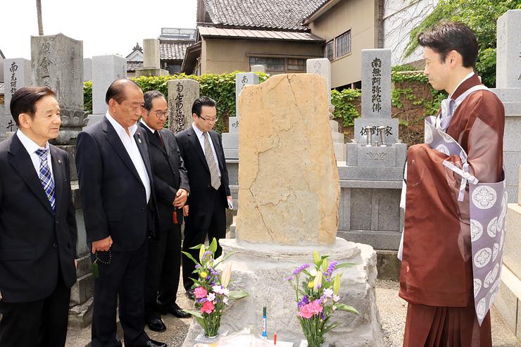 墓前で六兵衛に思いをはせる山沼会長(左から2人目)ら