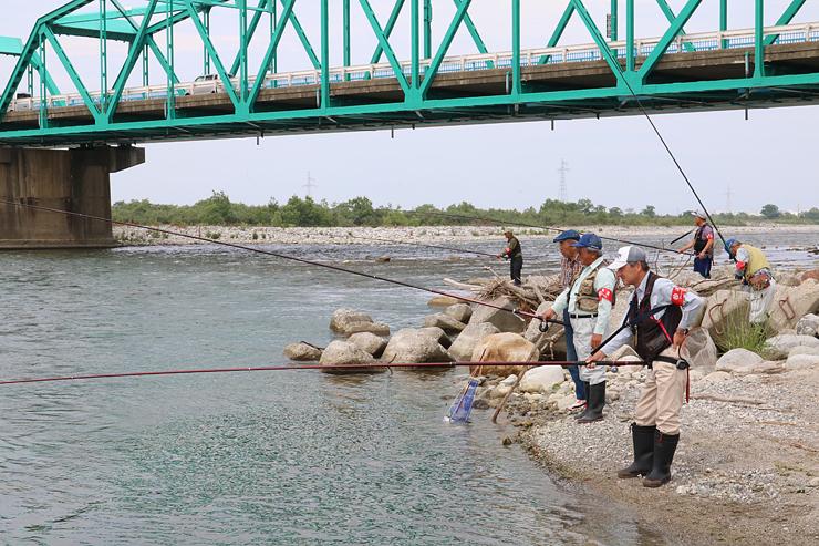 アユ釣り漁の解禁を前に試し釣りをする組合員=黒部大橋付近