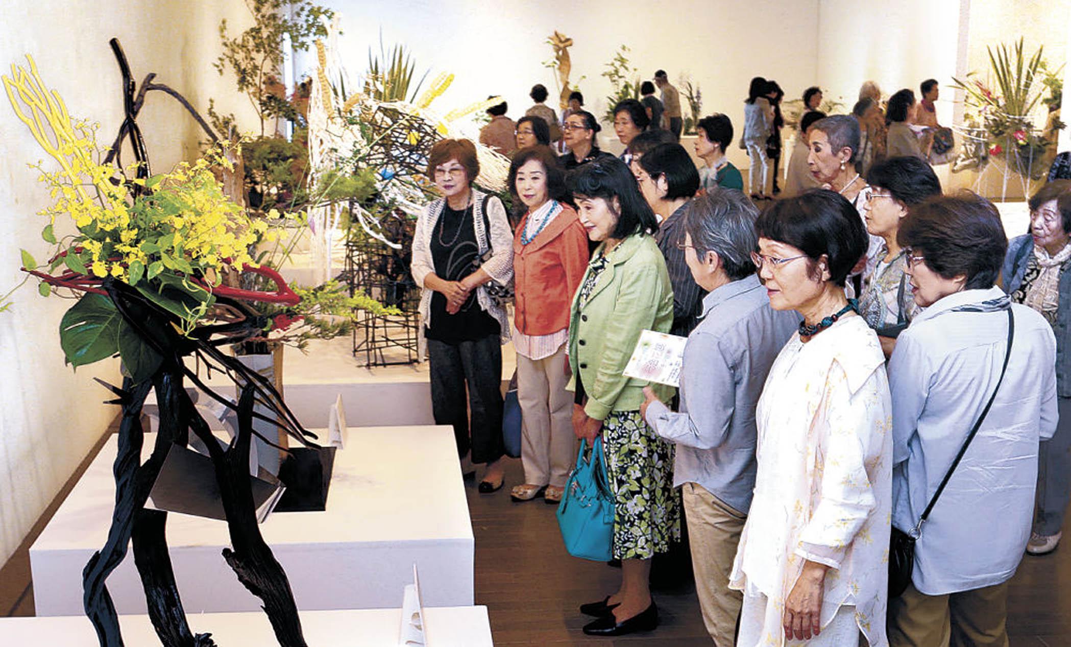 流派を超えた力作を堪能する来場者=金沢21世紀美術館