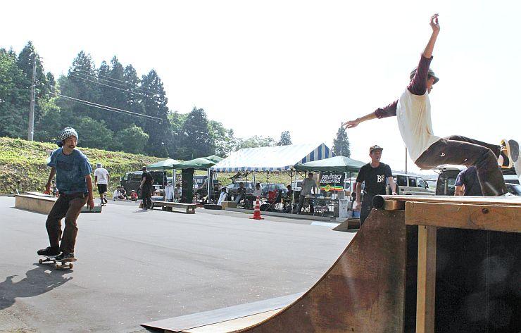 東山スケートパークでスケートボードを楽しむ愛好者=長岡市栖吉町