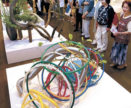 五輪をイメージした作品を楽しむ来場者=金沢21世紀美術館