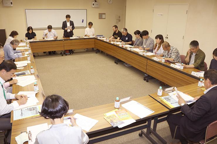 評議員会で「日本のワールドミュージックの郷にしたい」と意気込みを述べる橋本実行委員長(正面中央)=南砺市福野文化創造センター