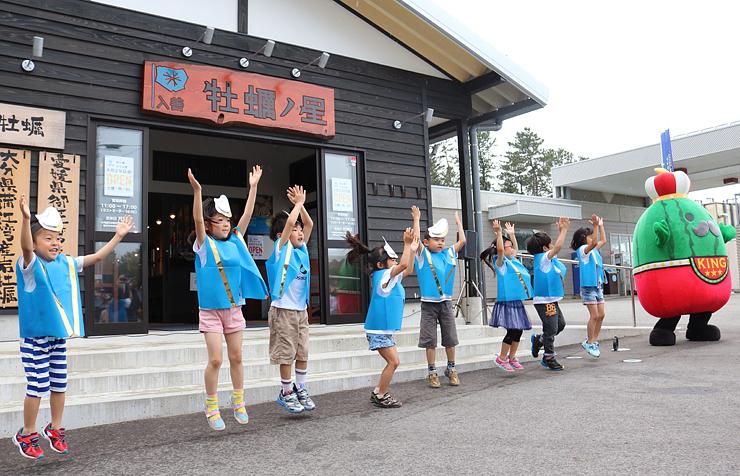 セレモニーで遊戯を披露する芦崎保育所園児