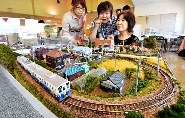 電車が走る街並みを精巧に再現したジオラマ展=10日、福井市のベル