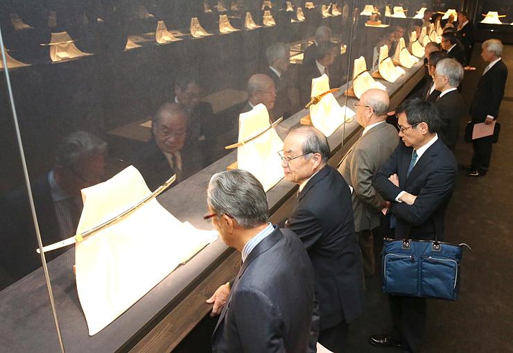 重要文化財など刀剣の名品を観賞する来場者=森記念秋水美術館
