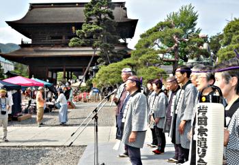 善光寺びんずる市の会場で木やりを披露する「街角アート&ミュージック」の出演者