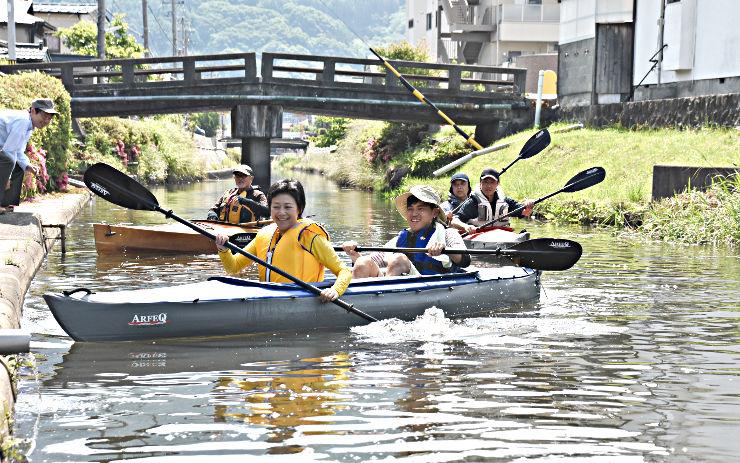 中門川をカヤックで出発する愛好家たち=11日午前9時27分、諏訪市