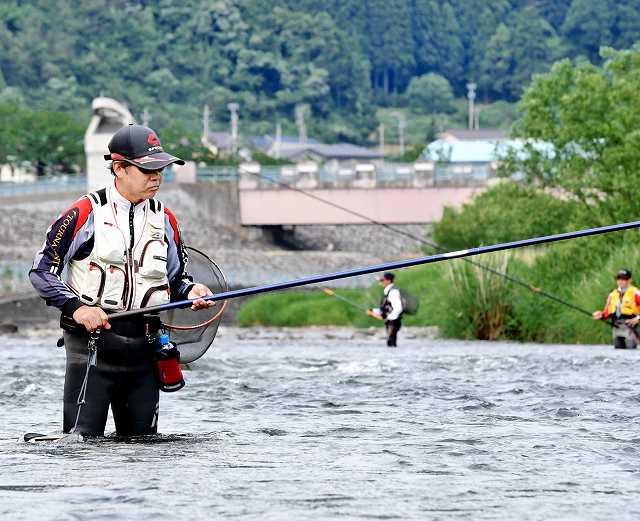解禁日のアユ釣りを楽しむ太公望=11日、九頭竜川鳴鹿大堰下流付近