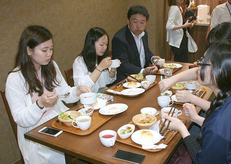 上越教育大大学院の食育サークルが考案した朝食メニューを試食する学生ら=9日、上越市大道福田