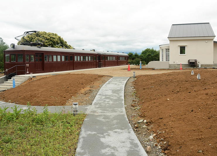 7月23日のオープンに向けて整備が進む松川村の「トットちゃん広場」。左が「電車の教室」を再現した車両