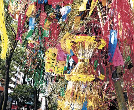 七夕飾りを見上げる通行人=金沢市の香林坊大和前
