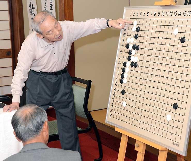 真田昌幸と信幸の棋譜に基づき、対局を再現する中田さん