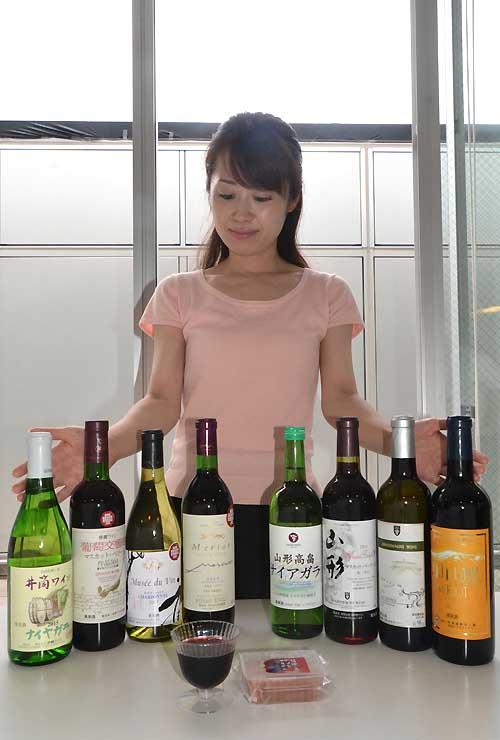 ワインバーで提供する塩尻市産(左4本)と山形県産(右4本)のワイン