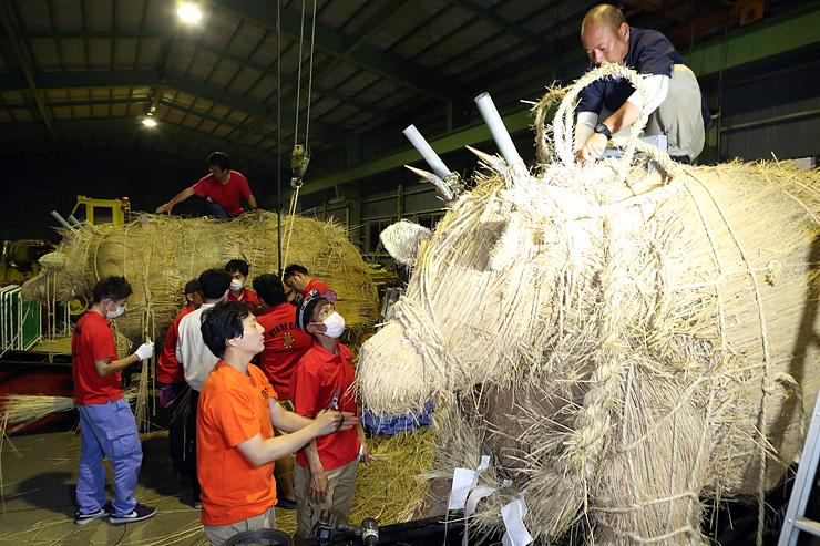 16年ぶりに作り直している一般の部レース用の火牛。6月中に完成させる=小矢部市赤倉