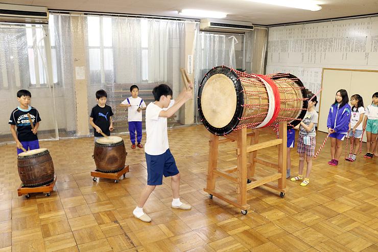 御印太鼓の練習に励む小中学生=金屋町公民館