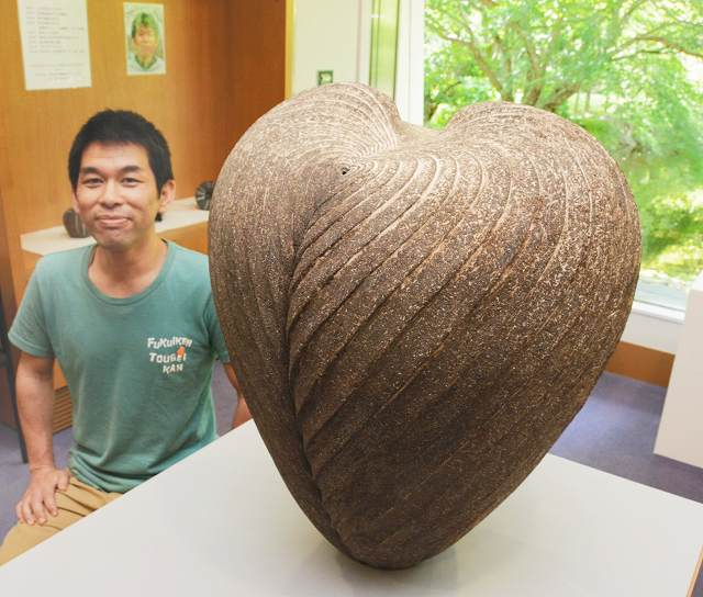 青木さんが大賞を受賞した「土の種子」=福井県越前町小曽原の県陶芸館