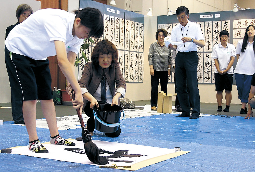 力強いパフォーマンスを披露する生徒=金沢市の石川県産業展示館1号館