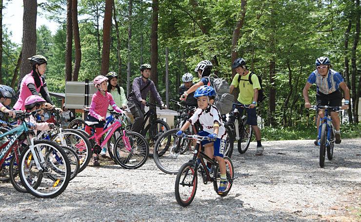 大町・松川地区の「自然体験ゾーン」でマウンテンバイクを楽しむ人たち=18日、大町市