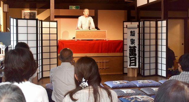 江戸時代末期の町家で開かれた「ふくい落語道中」=19日、福井県若狭町熊川の熊川宿