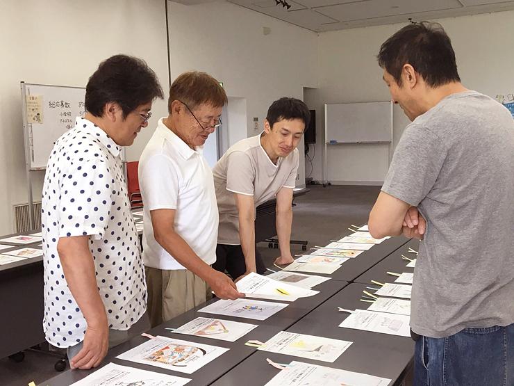 アイデアの面白さや独創性をポイントにスケッチを選考する審査員=富山市福沢地区コミュニティセンター